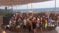 «Βουλιάζει» από κόσμο η… Μύκονος της Δυτικής Ελλάδος (pics+video)
