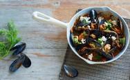 Νόστιμη συνταγή για μύδια σαγανάκι με ούζο και φέτα