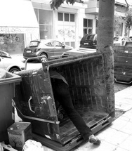 Πάτρα: Ξυπνήστε - Υπάρχουν άνθρωποι που ψάχνουν στoυς κάδους και στα σκουπίδια!