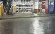 «Λίμνες» έγιναν οι δρόμοι στις συνοικίες της Πάτρας από τη δυνατή βροχή