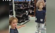 3χρονο κοριτσάκι βρήκε... τη σωσία τoυ σε μια κούκλα (pic+video)