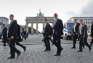 Η χαλαρή βόλτα του Ομπάμα στην Πύλη του Βραδεμβούργου (pics+vids)