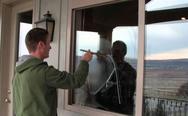 Ο σωστός τρόπος για να καθαρίσετε τα τζάμια (video)