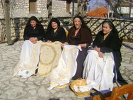 Ο Σύλλογος Λευκαδίων Πάτρας κάνει μαθήματα Καρσάνικης Βελονιάς (pics)