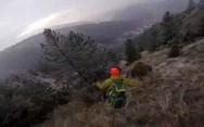 Αλεξιπτωτιστής πέφτει με δύναμη πάνω σε δέντρο (video)