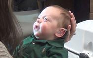 Αγοράκι 3 μηνών ακούει για πρώτη φορά τις φωνές των γονιών του (video)
