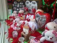 Στα… ροζ η αγορά της Πάτρας, λόγω του Αγίου Βαλεντίνου και των ερωτευμένων!