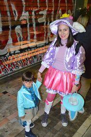Η Ρήγα Φεραίου γέμισε από μασκαρεμένους στην νυχτερινή ποδαράτη του Παιδικού Καρναβαλιού (pics)