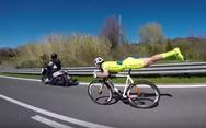 Ο ποδηλάτης «σούπερμαν» επιστρέφει (video)