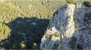 Το 'Αγιορείτικο' πανέμορφο εκκλησάκι της Αττικής από ψηλά (video)