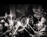 Πάτρα: Η στιγμή που οι λαμπάδες ανάβουν από το Άγιο Φως, στον ναό του Αγίου Ανδρέα