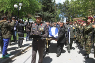 Θρήνος στην κηδεία του χειριστή του μοιραίου στρατιωτικού ελικοπτέρου (pics)