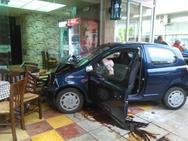 Αγρίνιο: Οχήματα κατέληξαν σε ψησταριά μετά από σύγκρουση (pics)
