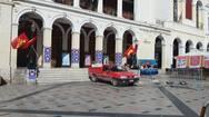 Πάτρα: Τα μέλη της ΚΝΕ έβγαλαν τις αφίσες από το Δημοτικό Θέατρο 'Απόλλων'