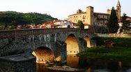 Δήμαρχος από χωριό της Ιταλίας προσφέρει 2000 ευρώ σ' όποιον αποφασίσει να μετακομίσει εκεί
