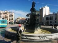 Επιτέλους - Καθάρισαν τα συντριβάνια της πλατείας Γεωργίου!