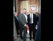 Ο Κασιδιάρης βγαίνει βρίζοντας από την Ολομέλεια μετά την επίθεση στον Δένδια (video)