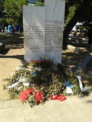 Πάτρα: Τα στεφάνια και τα λουλούδια ξέμειναν από την Πρωτομαγιά στο μνημείο (pic)