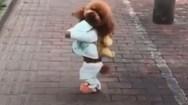 Ο συγκλονιστικός λόγος που αυτό το σκυλάκι περπατάει στα δυο του πόδια (video)