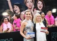 Η Scarlett Johansson συναντήθηκε με την 72χρονη σωσία της (pics)