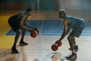 Ο Greek Freak με φόντο την urban Αθήνα μας εξηγεί το μπάσκετ (video)