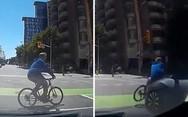 Ποδηλάτης συγκρούστηκε με αυτοκίνητο στον Καναδά (video)