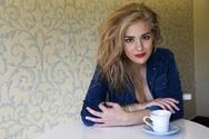 Νατάσσα Μποφίλιου: Αμακιγιάριστη σε καφέ της Σαντορίνης!