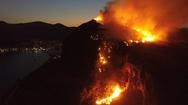 'Σαν Ηφαίστειο που ξυπνά...' Δείτε video από τη φωτιά πάνω από το Κάστρο της Μονεμβασιάς!