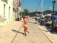 Βόλτα με μπικίνι στην Ιθάκη κάνει η Ελένη Μενεγάκη!