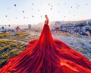 Γυναίκες με φορέματα ποζάρουν στα πιο όμορφα μέρη του κόσμου!
