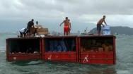 Έκαναν πλιάτσικο σε κοντέινερ που έπεσαν από φορτηγό πλοίο (video)