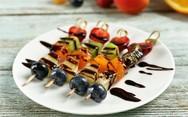 Φτιάξτε σουβλάκια από φρούτα με σοκολάτα