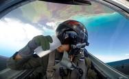 Πιλότος δείχνει πώς πίνει νερό κατά τη διάρκεια ελιγμών (video)