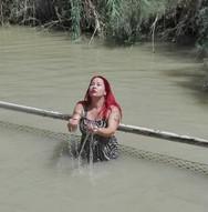 Η Βέρα Λάμπρου βαπτίστηκε στον Ιορδάνη ποταμό!
