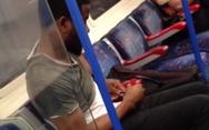Έκοψε τα νύχια του μέσα στο μετρό του Λονδίνου (video)