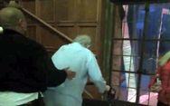 Βίντεο ντοκουμέντο - O Hugh Hefner, καταβεβλημένος, περπατάει με «πι»!