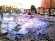 Πάτρα: Βλάβη σε αγωγό της ΔΕΥΑΠ δημιούργησε... συντριβάνι έξω από το Αρχαίο Ωδείο! (pics)