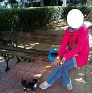 Πάτρα: Η άστεγη Χριστίνα που ταΐζει τις γάτες και κοιμάται στην πλατεία Μαρκάτο