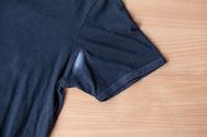 Πώς φεύγει το σημάδι του αποσμητικού από τα ρούχα;