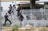 Πάτρα: 'Ξεφεύγει' η κατάσταση με τους μετανάστες μπροστά από το νέο λιμάνι λένε στην ΕΛ.ΑΣ.