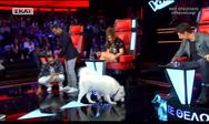 Σκύλος στη σκηνή του The Voice (video)