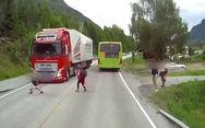Σοκαριστικό βίντεο - Μαθητής πετάγεται στον δρόμο μπροστά από νταλίκα!