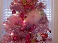 Στο Κιτς το εξώτερον - Ανάρπαστα τα Χριστουγεννιάτικα δέντρα με ροζ φλαμίνγκο! (φωτο)