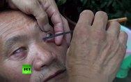 Ανατριχιαστικό - Κινέζος μπαρμπέρης ξυρίζει τα μάτια των πελατών του