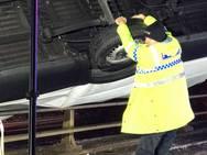 Αστυνομικός συγκράτησε με τα χέρια του ένα βαν για να μην πέσει από γέφυρα!
