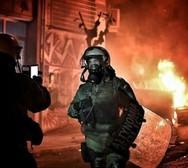 Άνδρες των ΜΑΤ βγάζουν selfies με φόντο τις φωτιές!