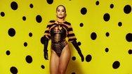 Η Rita Ora λικνίζεται... γιορτινά και αναστατώνει (video)
