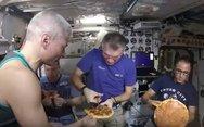 Πώς είναι να τρως πίτσα στο διάστημα; (video)