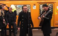 Οι U2 τραγουδούν στο μετρό του Βερολίνου (video)