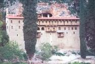 Το μοναστήρι που κτίστηκε σε μία σπηλιά του Ερυμάνθου, στην κοιλάδα του Πείρου (pics)